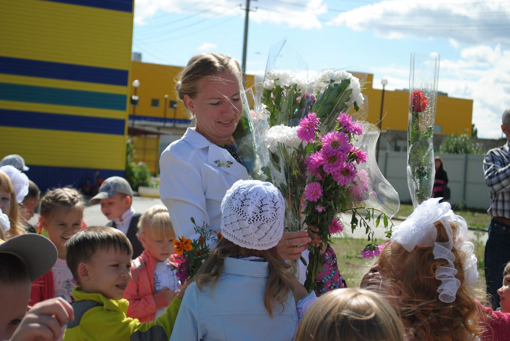 Дети дарят цветы своим воспитателям