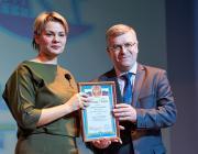 И. Г. Малинский,  награждает Пименову Дарью Андреевну, учителя математики  МОУ «МБЛ», победителя в номинации Педобщества «Надежда образования»